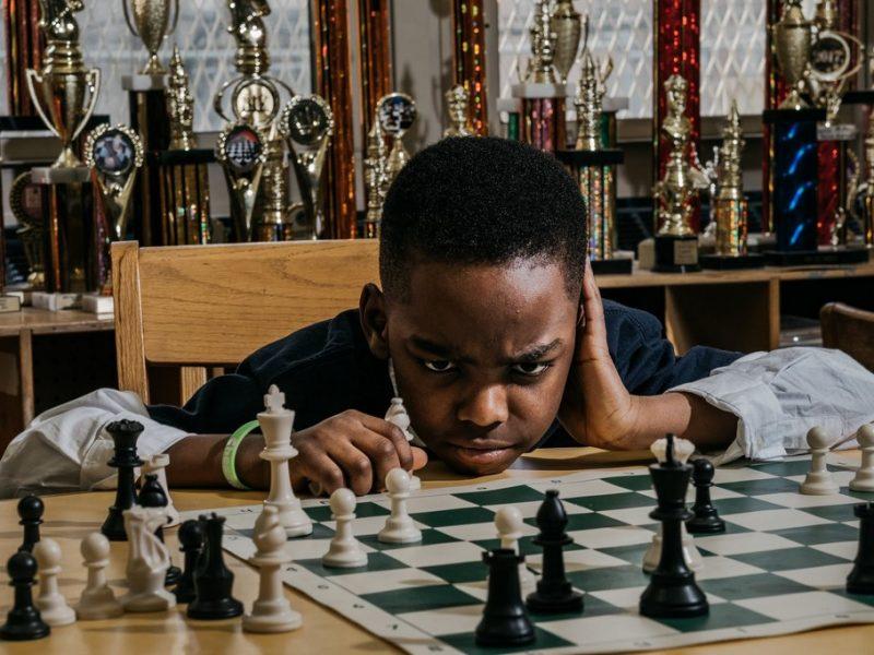8-летний нигерийский беженец, живущий в приюте для бездомных, выиграл чемпионат по шахматам штата Нью-Йорк в своей категории