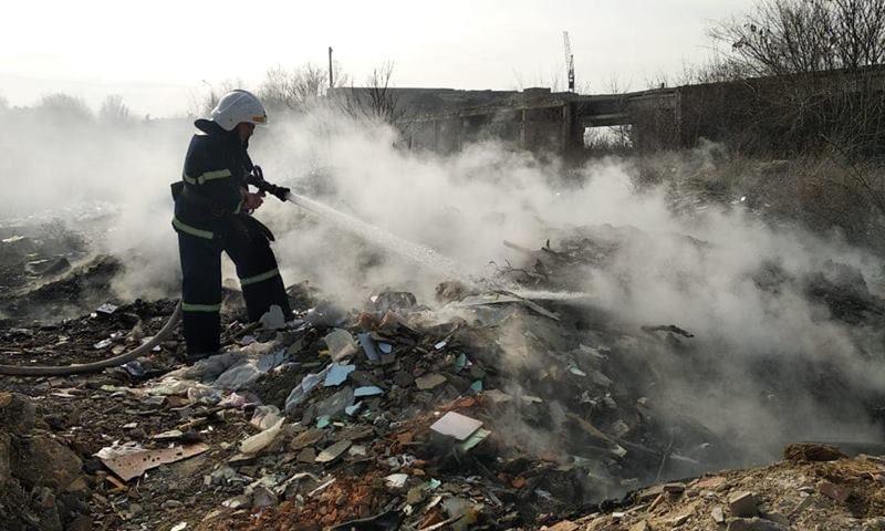 На «Лагерном поле» в Николаеве горела несанкционированная свалка