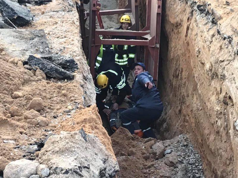 ЧП на производстве: в Николаеве при ремонте канализационного коллектора рабочий сломал ногу