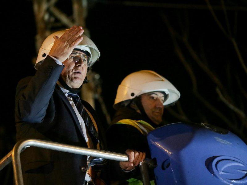 Мэр румынской Тимишоары Николае Робу перерезал уличные телевизионные и Интернет-кабели в центре города