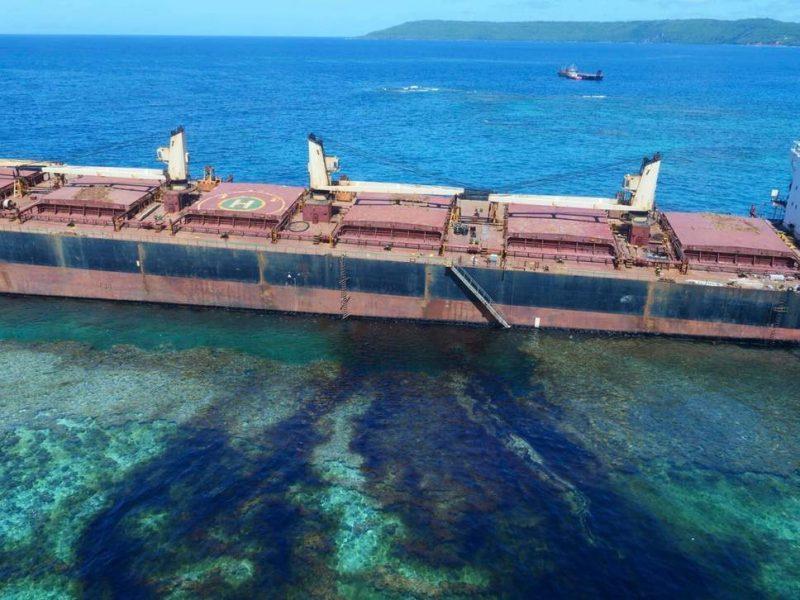 Самому большому коралловому острову на Земле грозит экологическая катастрофа из-за севшего на мель судна