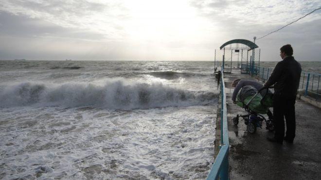 В Одессе сильным ветром в море сдуло коляску с ребенком