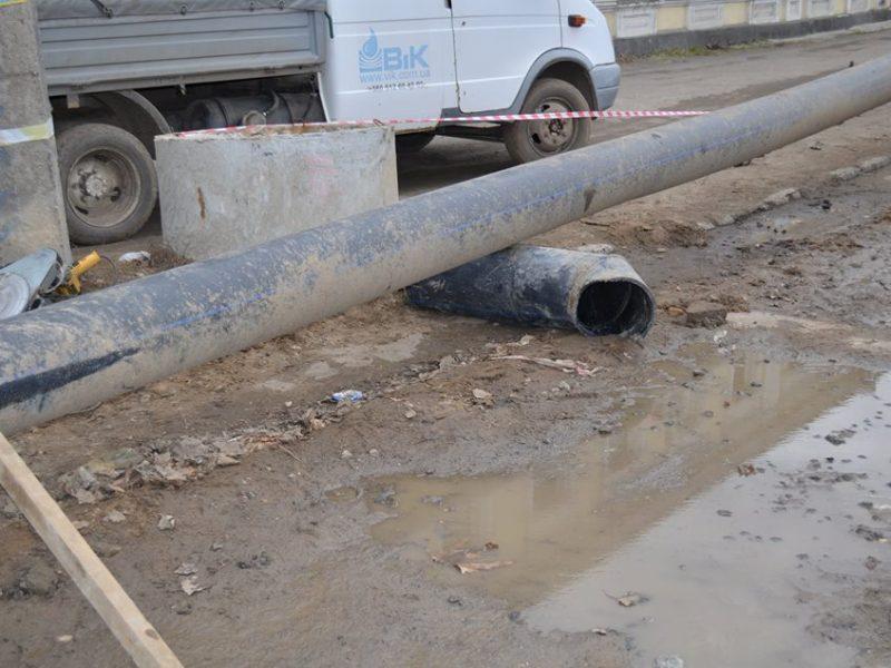В Николаеве неизвестный автомобиль повредил трубу канализационного коллектора – с вытекающими в буквальном смысле слова последствиями