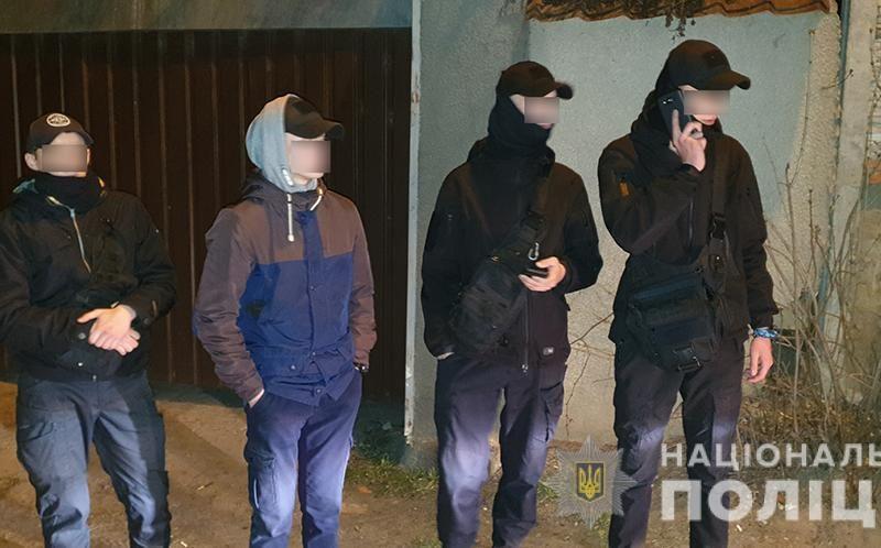 В Николаеве молодые люди в балаклавах с ножами и пистолетом пришли выяснять отношения с обидчиком