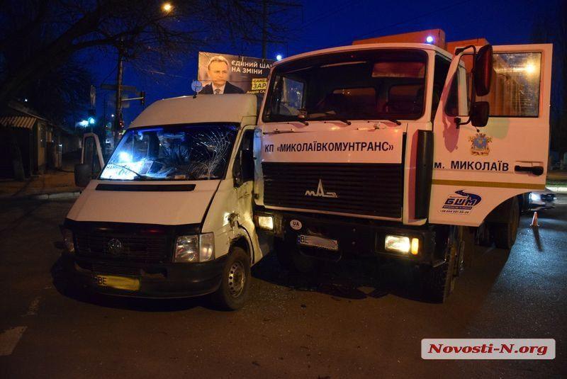 В Николаеве водитель маршрутки, пролетев на красный цвет светофора, врезался в мусоровоз. Пострадало семь человек