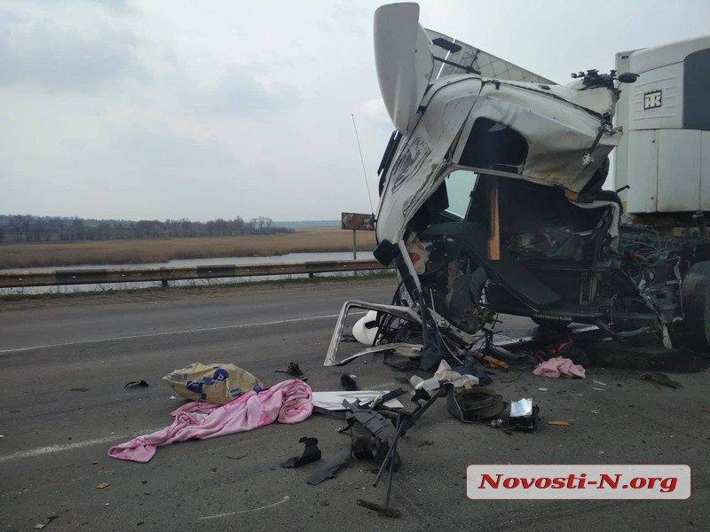 Под Николаевом два грузовика врезались друг в друга — пострадал водитель