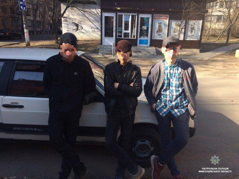 «Неудачный день сложился»: николаевские патрульные задержали молодчиков, которые ограбили мужчину и «баловались» наркотиками