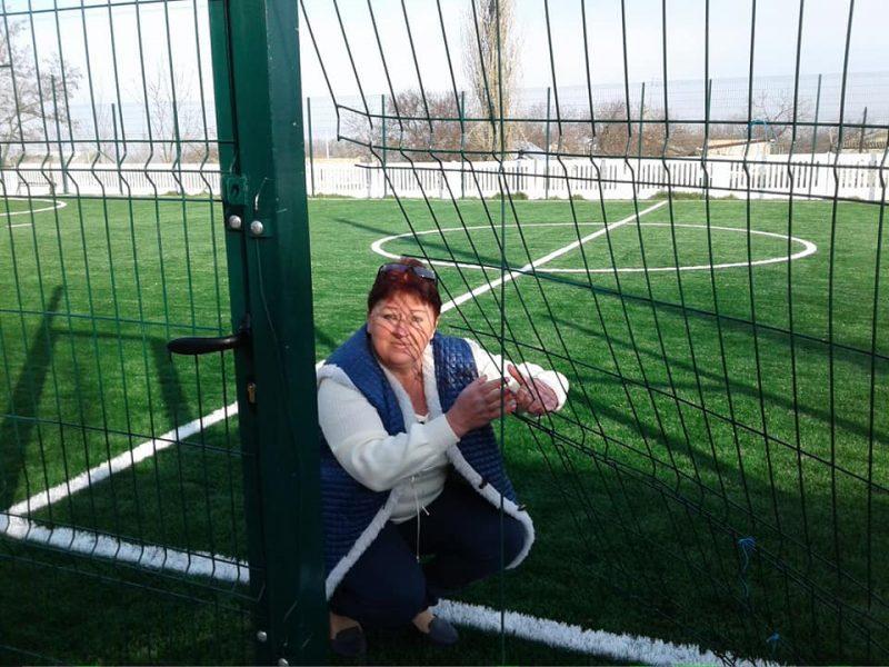«Умники на мопеде» сломали в день открытия ограду нового мини-стадиона в Николаевской области