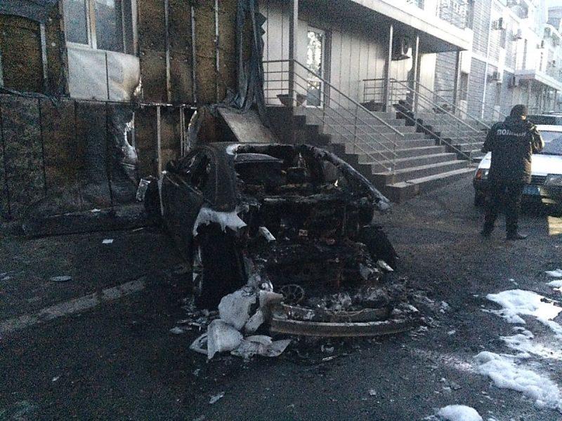 Поджог. Возле Центрального райсуда сожгли «Audi»