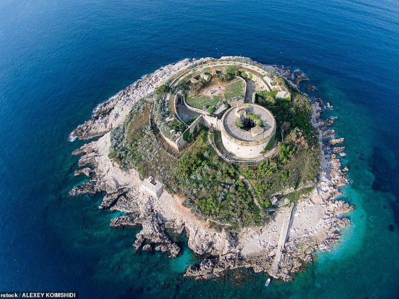 Бывшая островная тюрьма Черногории станет отелем