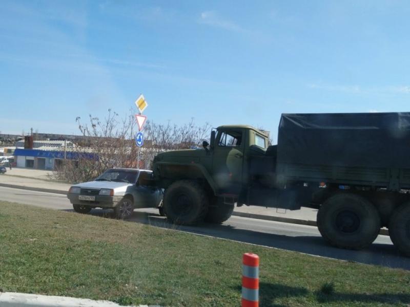В Севастополе российские военные протаранили на грузовике легковой автомобиль