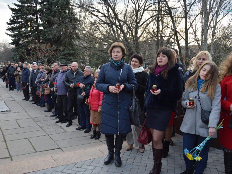 """День добровольца: в Николаеве сотни горожан и военных возложили цветы к мемориалу """"Струны памяти"""""""