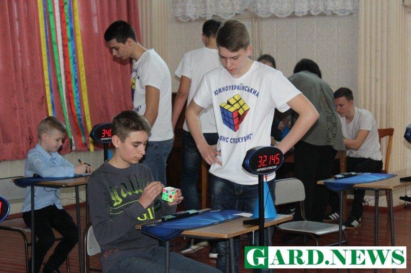 В Южноукраинске провели межрегиональный чемпионат по сборке кубика Рубика на скорость
