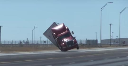 В США мощный ветер сдул с дороги грузовик