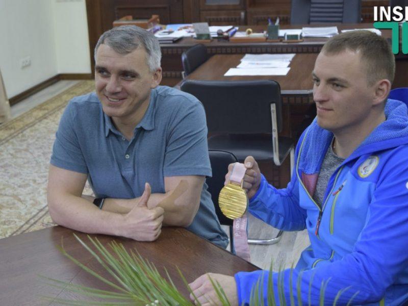 Паралимпийцу Яровому на сессии горсовета Николаева вручили ключи от квартиры
