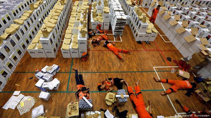 Хорошо, что у нас не так: в Индонезии во время подсчета голосов на выборах умерло 272 члена избирательных комиссий