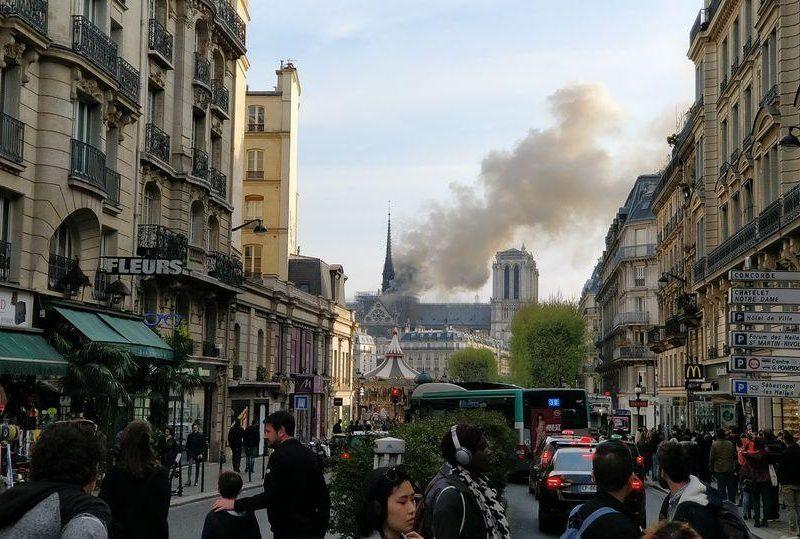 Во Франции загорелся Собор Парижской Богоматери