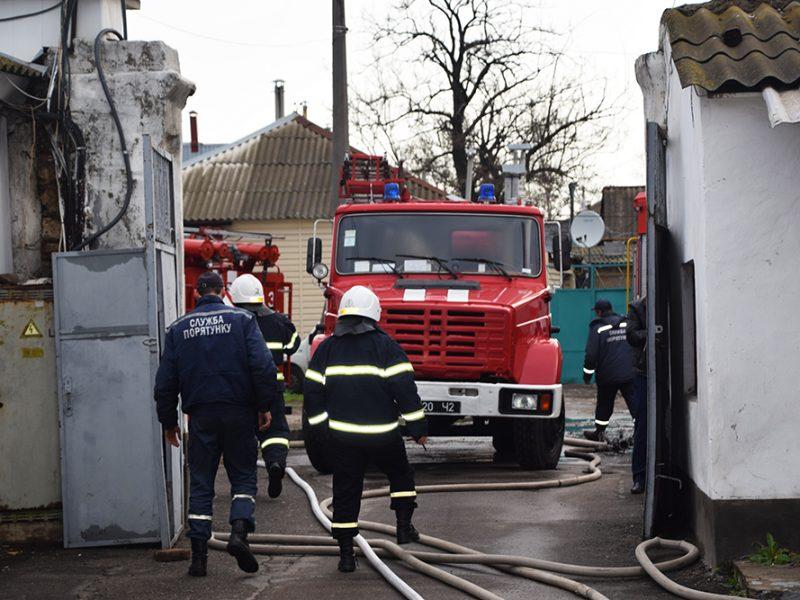 В Николаеве тушили автошколу – спасатели подозревают поджог