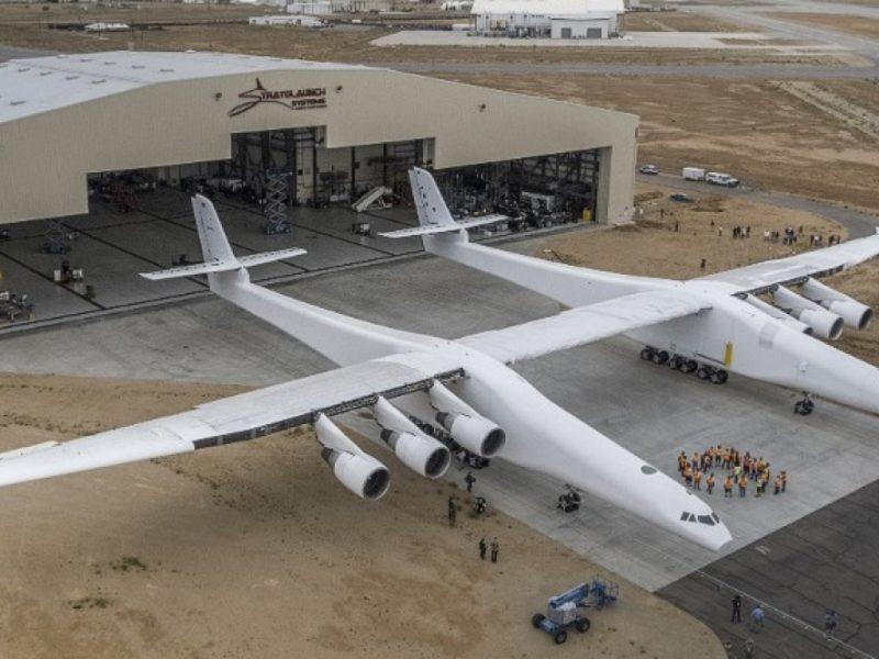 В США самый большой в мире самолет совершил свой первый полет