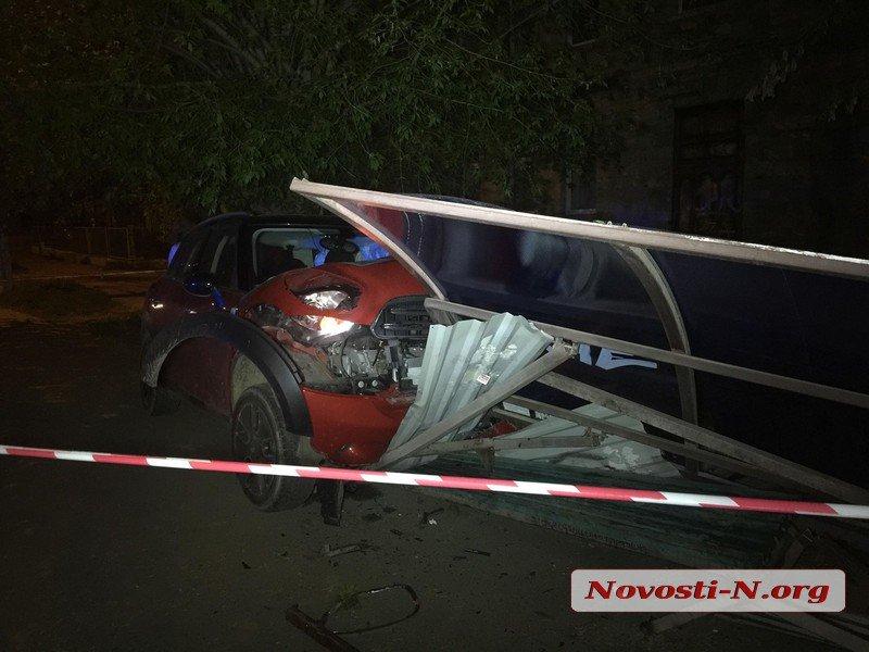 В Николаеве женщина  на Mini Cooper протаранила трамвайную остановку