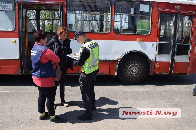В Николаеве из троллейбуса на ходу выпала мама с младенцем в коляске