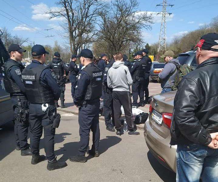 В Николаеве возле избиркома задержали вооруженных молодчиков