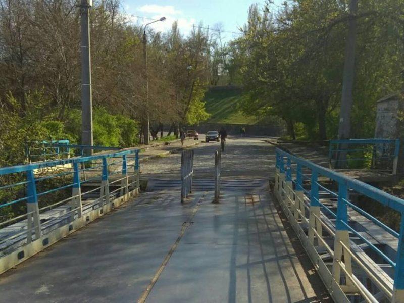 Николаевские велосипедисты ликуют. На понтонном мосту срезали часть металлических препятствий