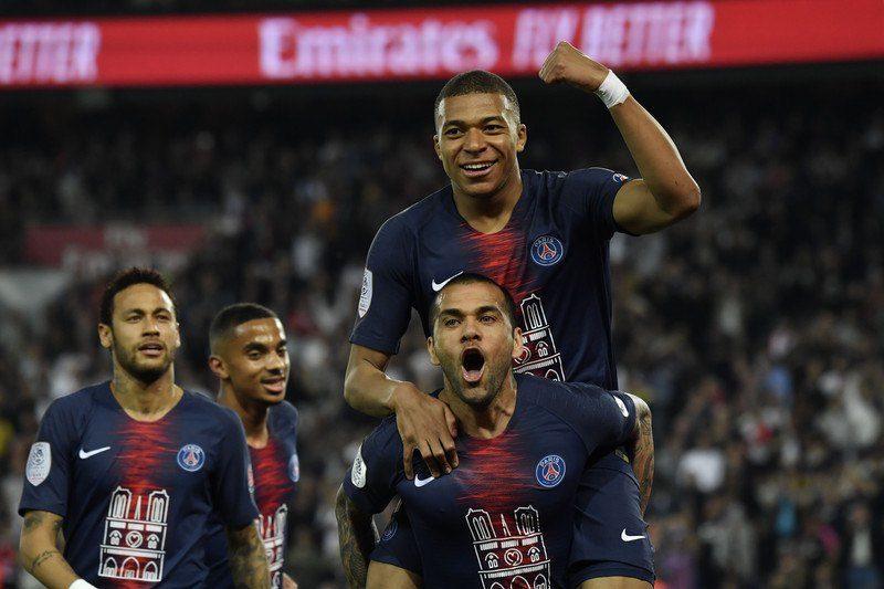 Футболисты ПСЖ в раздевалке устроили заплыв из шампанского, празднуя победу в чемпионате