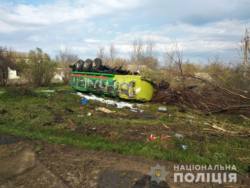 На Николаевщине на киевской трассе перевернулся грузовик с горючим – лопнуло колесо