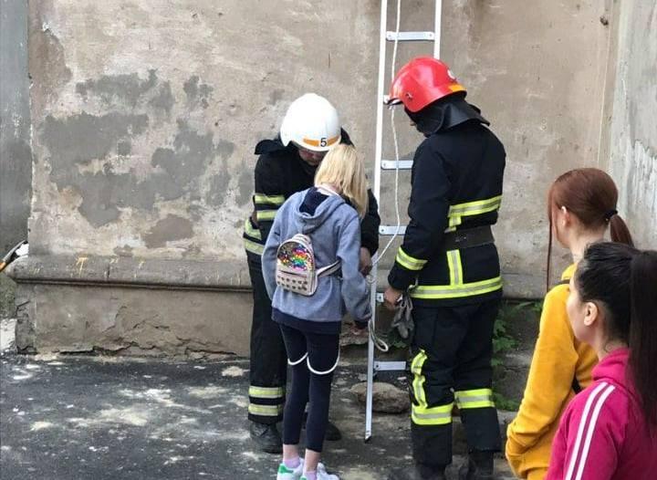 Хотели сфотографироваться: в Николаеве спасателям ранним утром пришлось снимать с крыши дома двух девочек-подростков