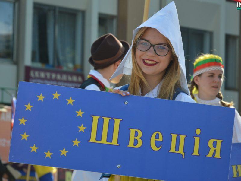 День Европы по-николаевски: молодежь с шумом прошлась по Соборной, презентуя страны Евросоюза (ФОТО, ВИДЕО)