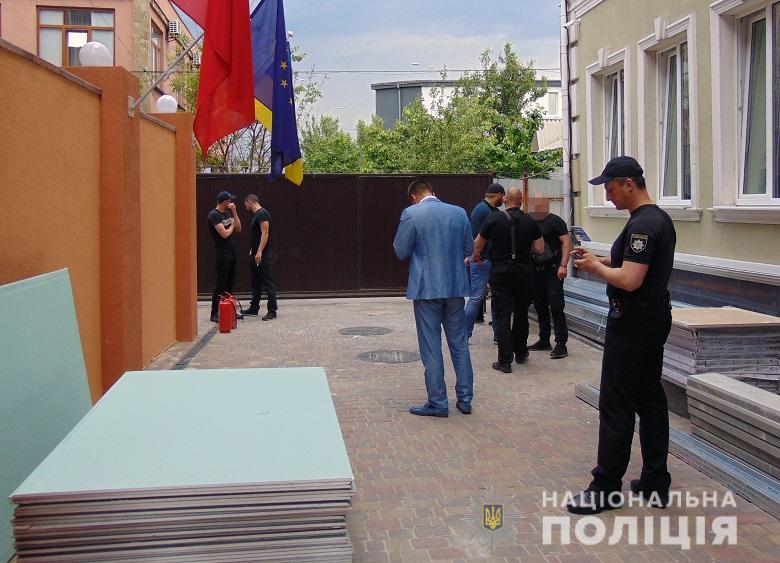 В Киеве пытались захватить гостиничный комплекс: пострадали 2 человека