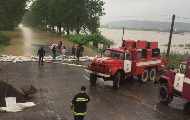 Непогода на Закарпатье: подтоплены десятки домов, рухнул мост и пропал ребенок