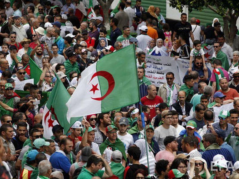 И такое бывает. В Алжире никто не захотел бороться за кресло президента страны