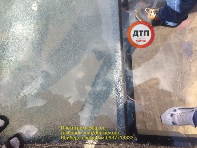 Поверхность стеклянного моста в Киеве на следующий день после открытия покрылась трещинами (ФОТО)