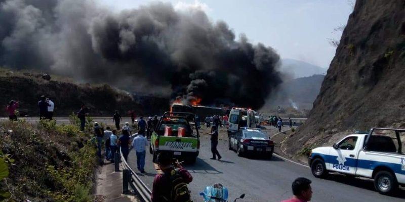 В Мексике грузовик врезался в автобус с паломниками – минимум 20 погибших (ВИДЕО)