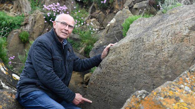 Таинственная надпись на камне в Бретани. Разгадавшему обещают награду