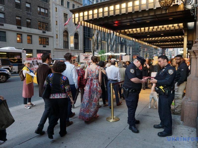 Активисты в Нью-Йорке выступили против концерта российского дирижера, поддержавшего аннексию Крыма (ФОТО, ВИДЕО)