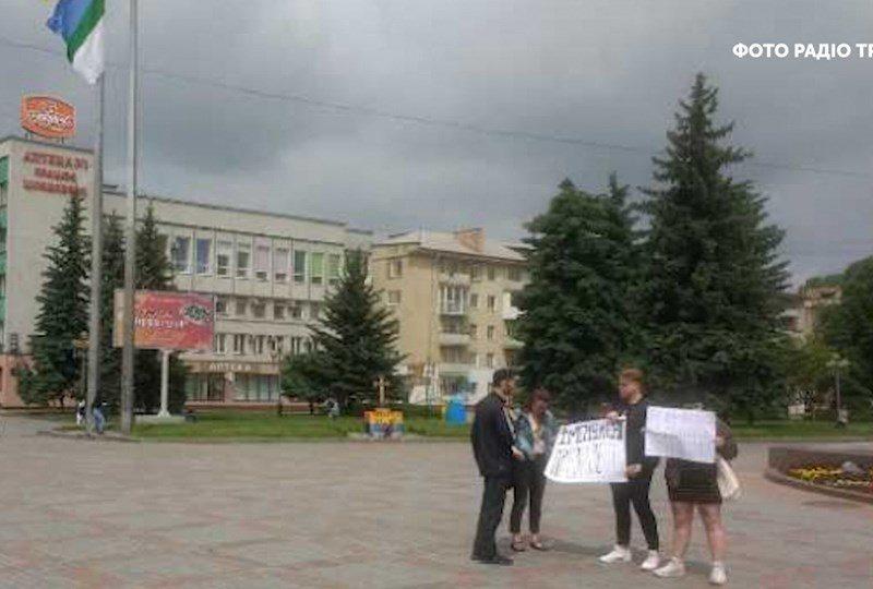 «Правоохранители могли действовать мягче»: Зеленский заступился за митингующих в Ровно, требовавших его импичмента