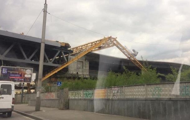 В Киеве на Подольско-Воскресенском мосту упал кран
