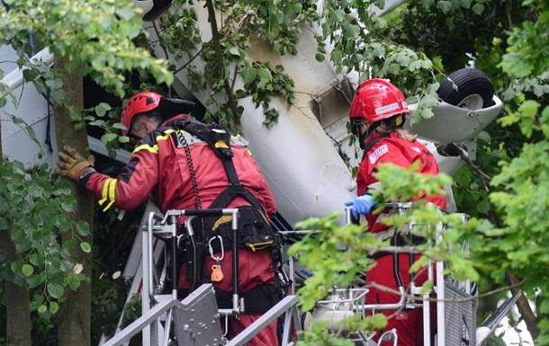 В Германии самолет с людьми застрял на дереве (ФОТО)