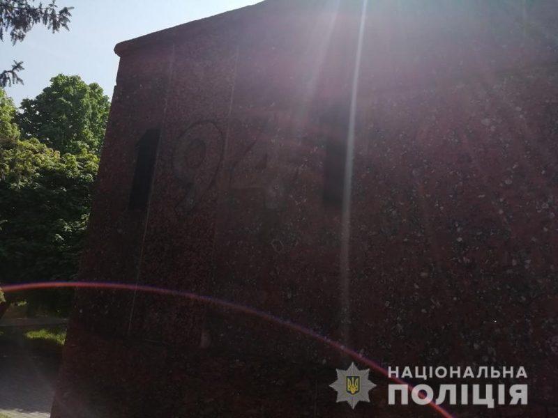 На Николаевщине мужчина похитил с мемориала бронзовые цифры, чтобы продать по 500 гривен каждую (ФОТО)