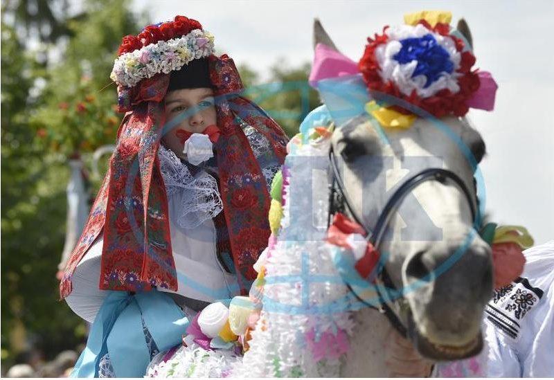 Переодетый в женское платье мальчик с розой в зубах: в Чехии проходит «Езда королей» (ФОТО)