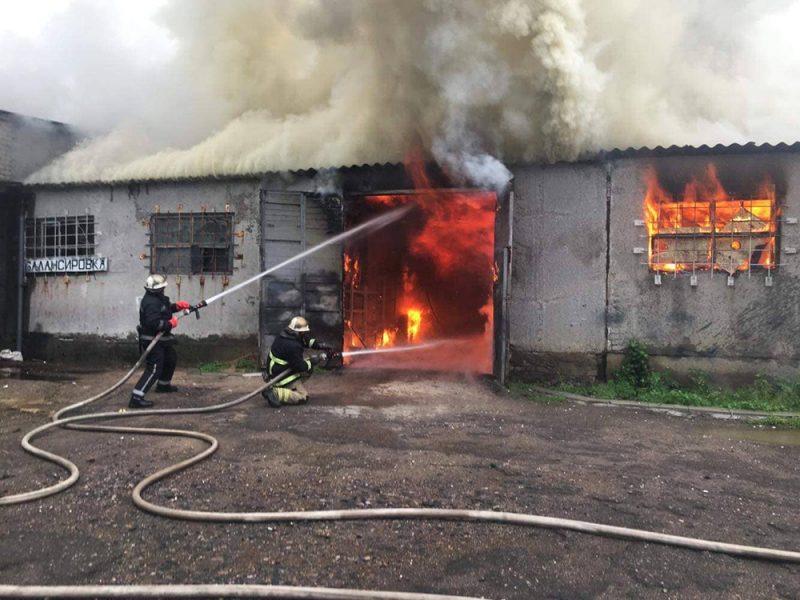В Николаеве спасатели тушили склад в Ингульском районе (ФОТО)