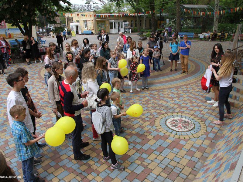 Сотне воспитанников детских домов семейного типа и приемных семей устроили праздник в Николаевском зоопарке (ФОТО)