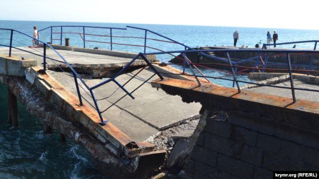 В крымском Мисхоре обвалился единственный причал для прогулочных катеров (ФОТО)