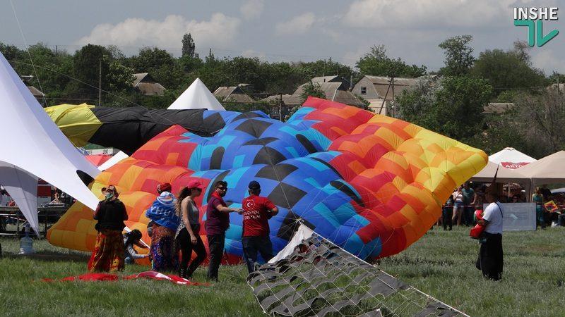 Зрелища – бесплатно, «хлеб» – за деньги: как на Николаевщине проходит Tryhutty International Kite Festival (ФОТО, ВИДЕО)
