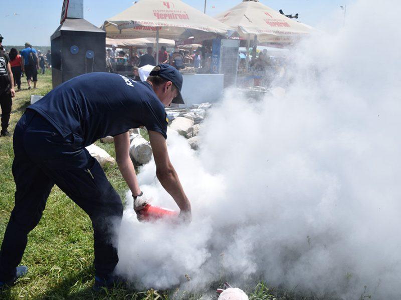 На Николаевщине спасателям пришлось тушить пожар на фестивале воздушных змеев (ВИДЕО)