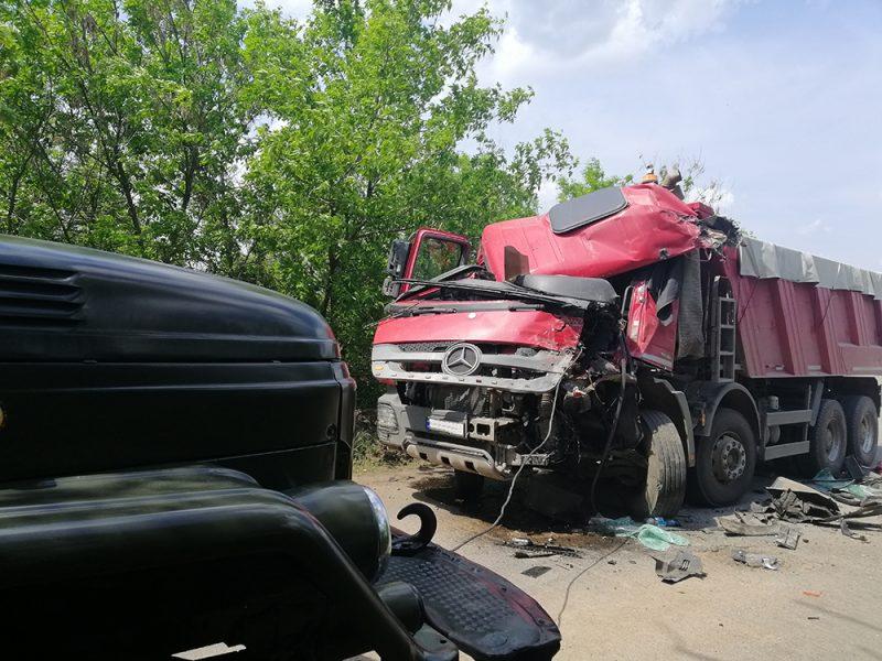 На Николаевщине «лбами» столкнулись два грузовика. Одного из водителей вызволять пришлось с помощью спасателей (ФОТО)