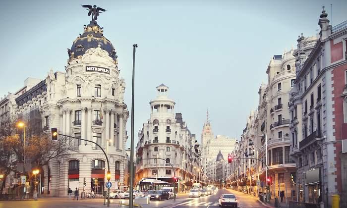 Испания ужесточает карантин: в Мадрид введут военных